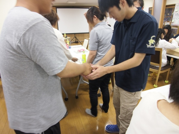 最後はグループの仲間同志で労いと明日からの誓いの握手を